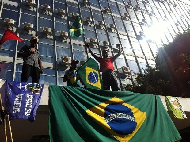 Manifestantes ocupam entrada do ministério de Minas e Energia em Brasília (Foto: Lucas Salomão/ G1)