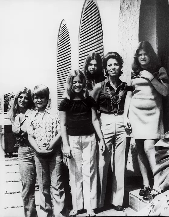 A primeira imagem de Eunice e os filhos após a prisão do marido, Rubens Paiva (Foto: Eduardo Simões/Acervo da Família)