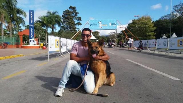 Atleta Julian Franco com o cachorro da raça pastor alemão Logan na Caminhada do Amicão (Foto: Thiago Zahredinne/TV Rio Sul)