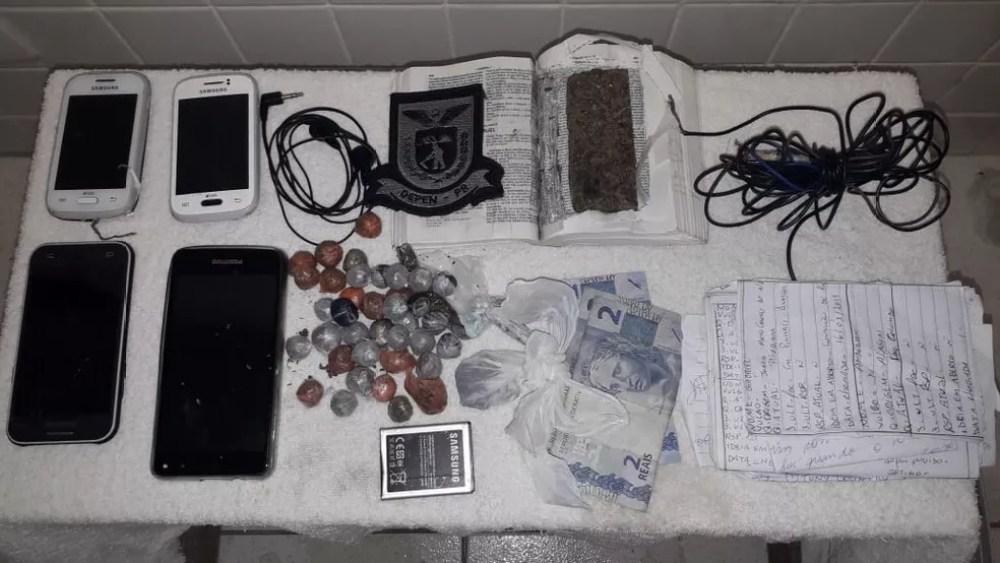 Polícia também encontrou quatro celulares, uma bateria de aparelho celular, um carregador, um fone, dinheiro e anotações  — Foto: Divulgação/Depen-PR