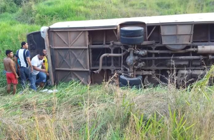 Ônibus tombou no interior do Acre quando levava equipes para finais dos Jogos Escolares — Foto: Clodoildo Nascimento/Arquivo Pessoal
