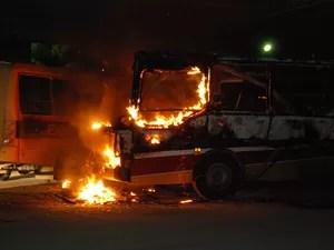 Três ônibus foram incendiados em Agrolândia (Foto: Giácomo Miranda/Diário Alto Vale)