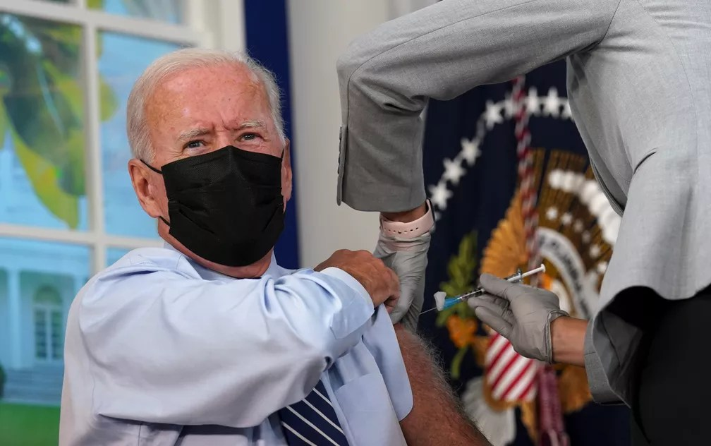 O presidente dos EUA, Joe Biden, recebe a dose de reforço contra a Covid-19 na Casa Branca em Washington em 27 de setembro de 2021 — Foto: Kevin Lamarque/Reuters