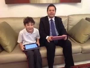 Luiz Antônio e o filho João Victor usando o aplicativo (Foto: Álbum de família)