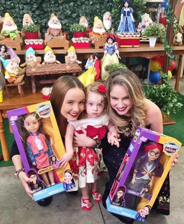 Larissa Manoela presenteia Duda com suas bonecas (Foto: Reprodução/Instagram)