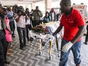 Médicos atendem uma pessoa ferida no Hospital Nacional em Nairobi, no Quênia, após ataque na Universidade de Garissa, no leste do país. Pelo menos 147 pessoas morreram e dezenas ficaram feridas (Foto: AP)