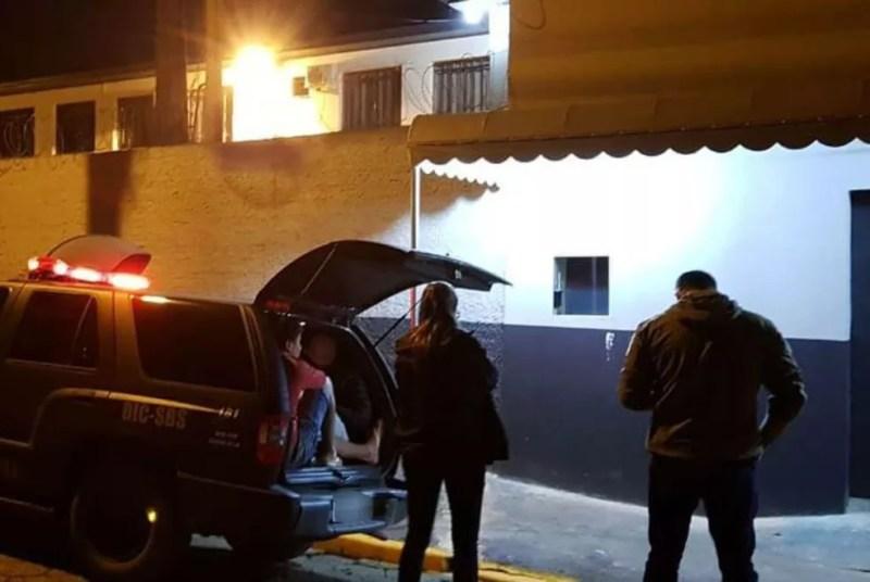 Policiais tiveram que ficar oito horas na frente do Presídio Regional de Mafra (Foto: Polícia Civil/Divulgação)