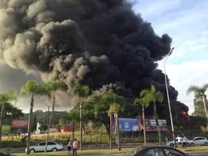 Incêndio começou por volta das 15h de terça-feira (13) (Foto: Marco Antonio Mendes/RBS TV)