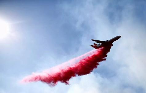 Aeronave ajuda no combate a incêndio Woolsey, que atinge o sul da Califórnia, no domingo (11)   — Foto: Eric Thayer/ Reuters