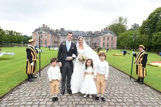 Os noivos com a daminha e os pajens na entrada do castelo de Beloeil (Foto: Divulgação)