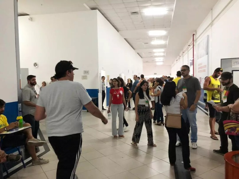 Eleitores ainda encontram longas filas para votar na UnP da Avenida Roberto Freire