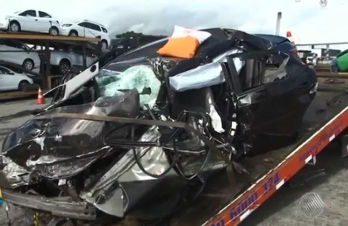 Carro ficou destruído após bater de frente com caminhão (Foto: Reprodução/ TV Sudoeste)