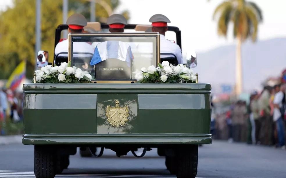 Cinzas de Fidel Castro deixam a Praça Antonio Maceo, em Santiago de Cuba, para o enterro no cemitério de Santa Efigenia. (Foto: AP Photo/Natacha Pisarenko)