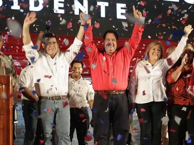 Horacio Cartes (de camisa branca) comemora o resultado das eleições Paraguai. Ele foi eleito o novo presidente do país (Foto: Mario Valdez/Reuters)