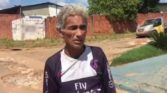 Cansado dos buracos em rua, morador faz reparo por conta própria (Foto: Reprodução/Rede Amazônica Acre)