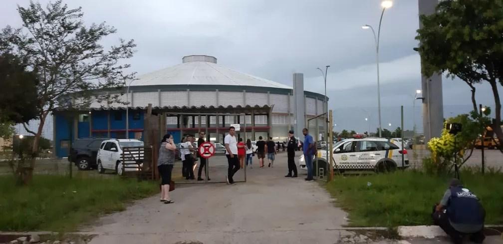 Familiares chegam para o velório de vítima do massacre da Escola Raul Brasil em Suzano — Foto: Maiara Barbosa/G1