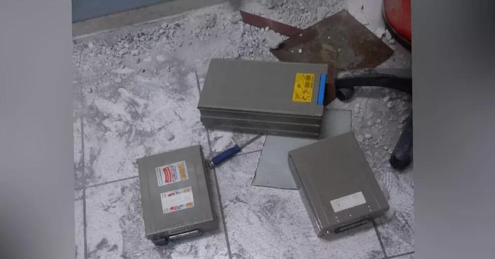 Criminosos abandonaram equipamentos e ferramentas no interior da agência bancária em Lavras da Mangabeira, no interior do Ceará. — Foto: Arquivo pessoal