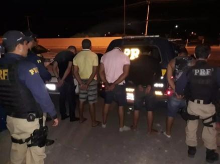 Os homens estavam em um carro roubado (Foto: PRF/ divulgação )