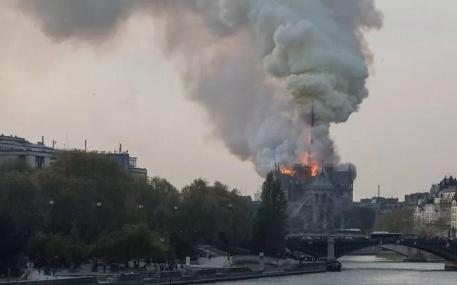 Fogo na Catedral de Notre Dame, em Paris — Foto: Reprodução/TV Globo