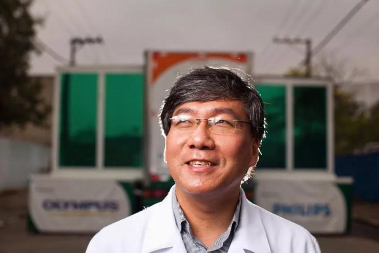 O médico gastroenterologista Roberto Kunimassa Kikawa — Foto: Renato Stockler/CIES Global/Divulgação