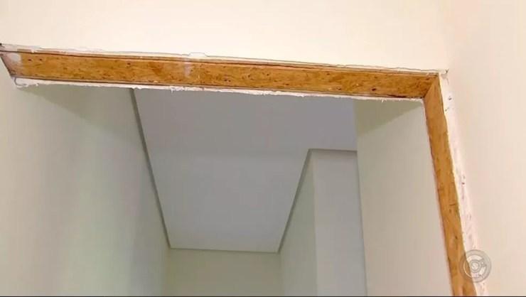 Em vez de tijolos, o uso de madeira na construção civil também torna o ambiente arejado (Foto: Reprodução/TV TEM)