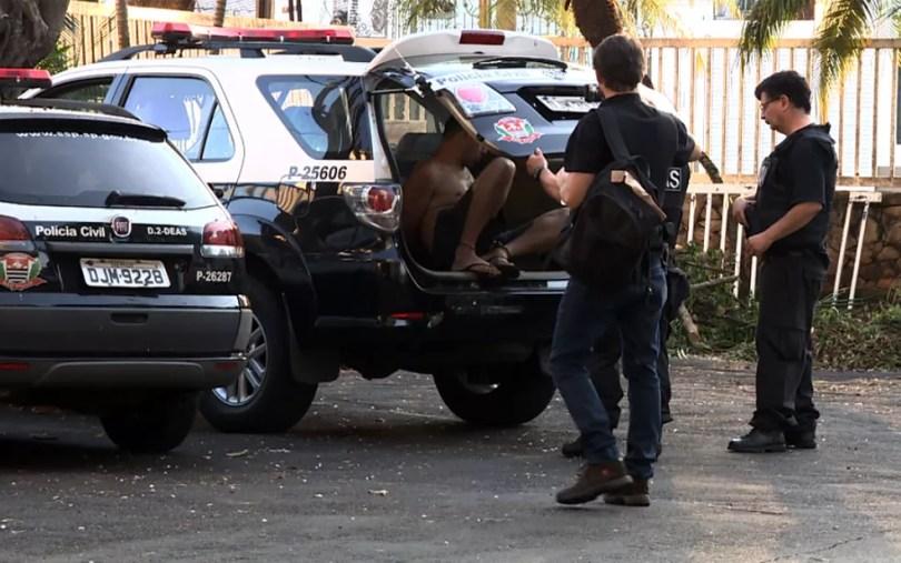 Presos da Operação Glossário chegam à sede da Polícia Civil, em Campinas (Foto: Vanderlei Gonçalves/EPTV)
