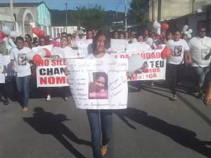 Yasmin carrega cartaz em passeata homenageando sua mãe (Foto: Guilherme Lucio/ G1)