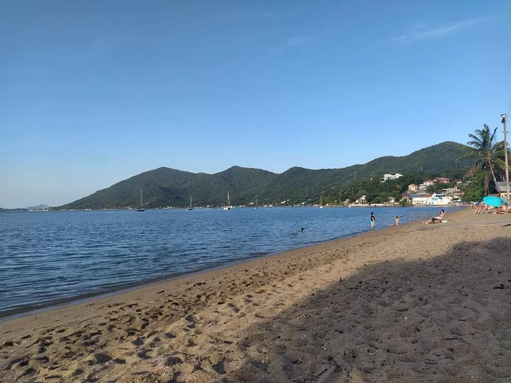 Não é mais permitido ficar na areia nas praias de Florianópolis; na água, só é permitido pescar ou praticar esportes  — Foto: Valéria Martins/G1