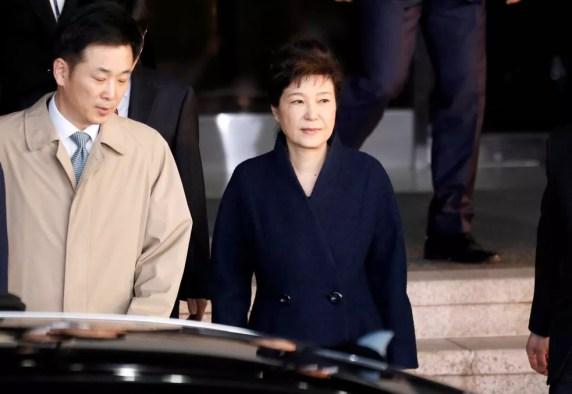 Ex-presidente Park Geun-hye deixa procuradoria em Seul, na Coreia do Sul, na quarta-feira (22)  (Foto: Kim Hong-Ji/ Reuters)