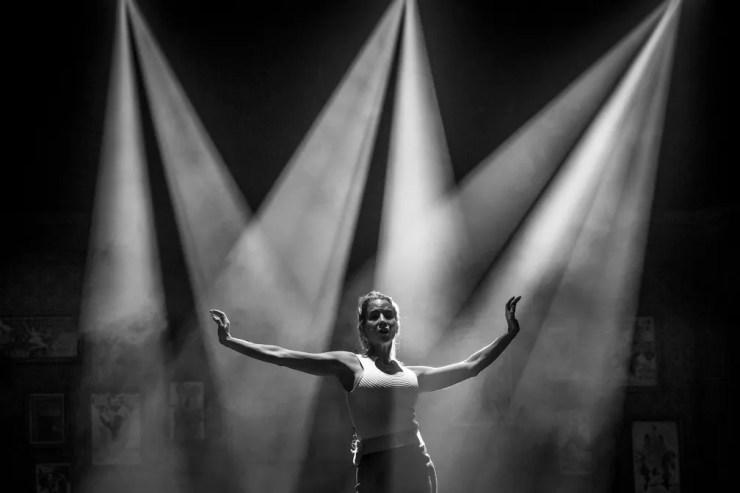 Danielle Winits no palco antes de uma apresentação do musical (Foto: Isabella Pinheiro/Gshow)