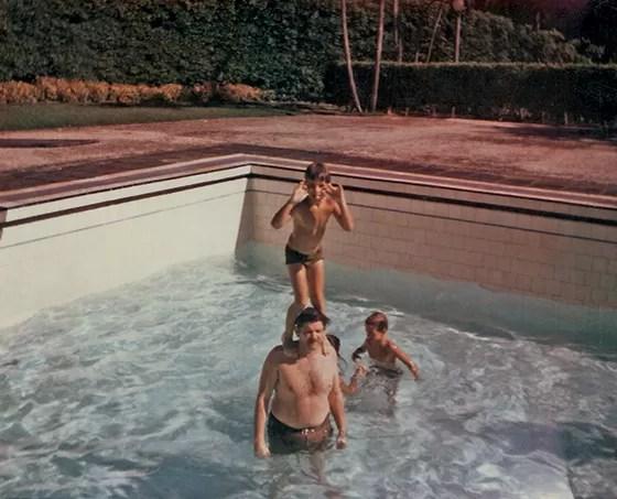3 | Marcelo nos ombros do pai, na piscina (Foto: Acervo da Família)