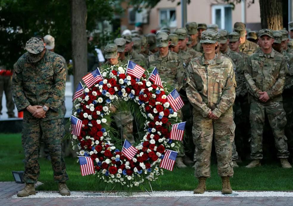 Em Cabul, onde EUA ainda mantêm tropas, soldados americanos prestam homenagem às vítimas dos ataques de 11 de setembro (Foto: Mohammad Ismail/Reuters)