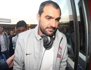 Danilo no Desembarque do Corinthians (Foto: Alexandre Lozetti / Globoesporte.com)