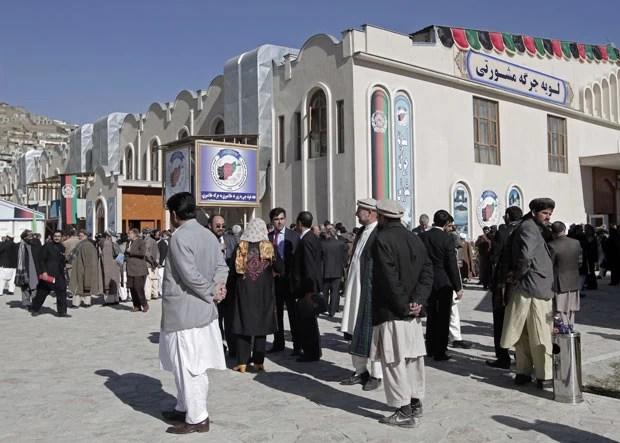 Membros da Loya Jirga reunidos nesta quinta-feira (21) em Cabul, capital do Afeganistão (Foto: AFP)