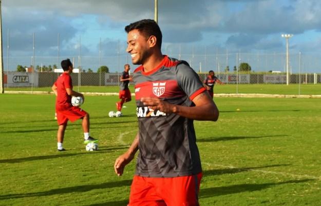 Cleiton Xavier disse que está feliz ao voltar para Alagoas (Foto: Maxwell Oliveira/CRB)
