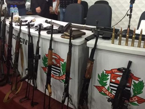 Polícia apresenta armas apreendidas com suspeito de ação contra sede da Protege em Santo André (Foto: Gabriela Gonçalves/G1)