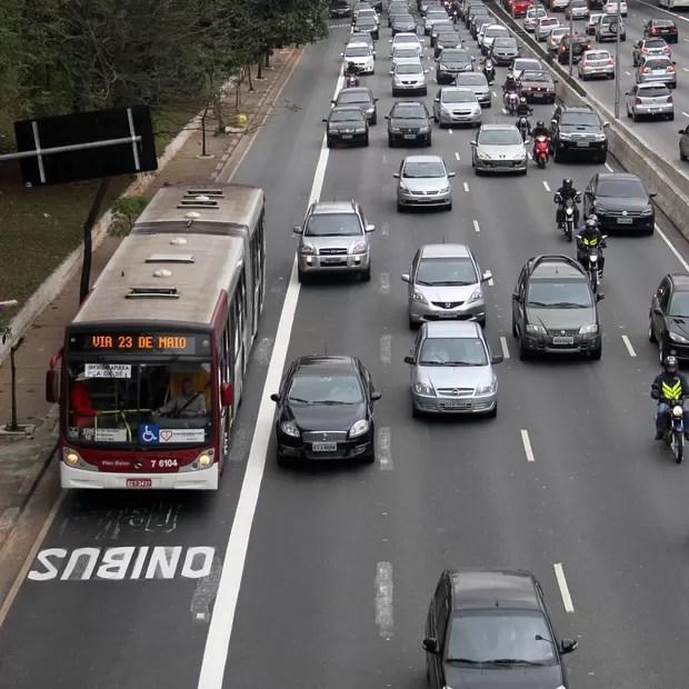 Avenida 23 Maio e sua recente faixa de ônibus, vetada para carros das 6h às 22h, de seg. a sex. (Foto: Elisa Rodrigues/SMT)