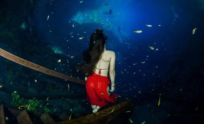 Paula, durante ensaio em caverna inundada, em Jardim (MS). — Foto: Ruver Bandeira/Foto