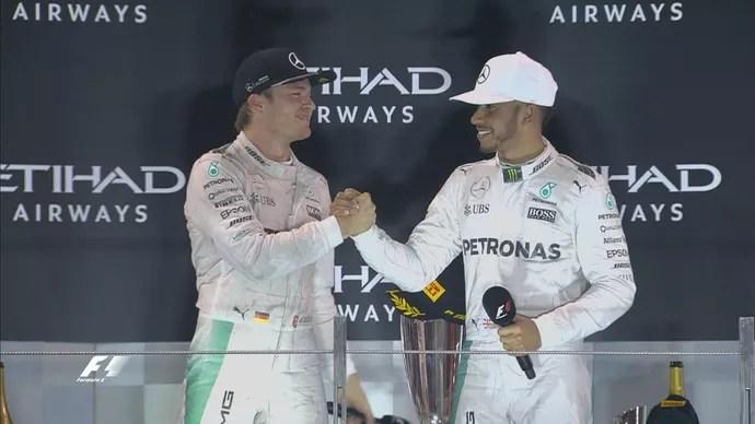 Nico Rosberg e Lewis Hamilton se cumprimentam no pódio do GP de Abu Dhabi (Foto: Divulgação)