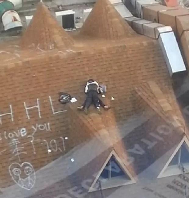 Casal foi filmado supostamente fazendo sexo no telhado de um edifício em Wenzhou (Foto: Reprodução/Weibo)