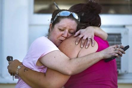 Familiares aguardam informações sobre vítimas de tiroteio no Texas (Foto: Nick Wagner/Austin American-Statesman via AP)