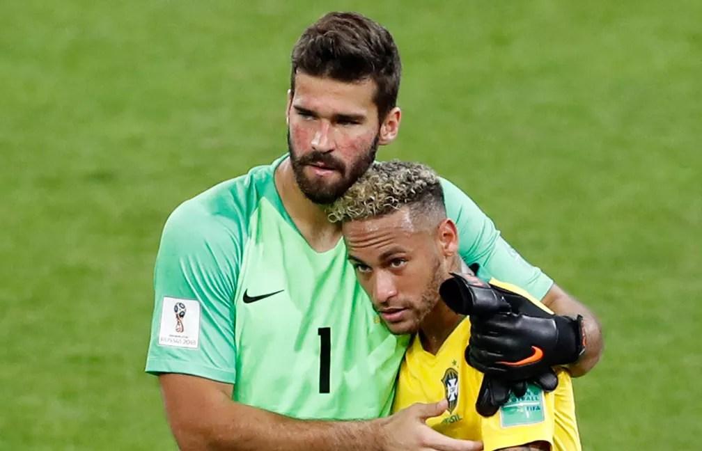 Alisson abraça Neymar após vitória do Brasil no dia 27 de junho (Foto: Antonio Calanni/AP)