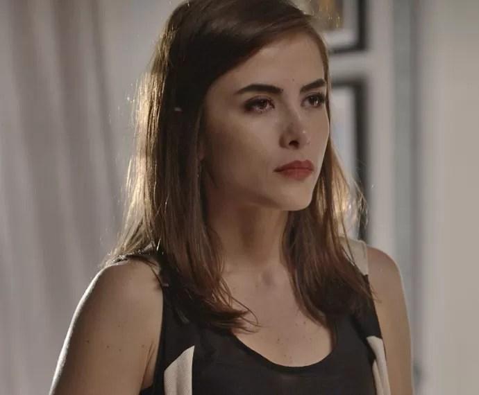 Margot fica indiferente com Grego depois de Soraya afirmar que ele a agarrou de novo (Foto: TV Globo)