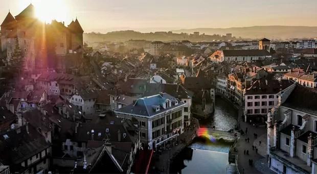 O por do sol na pitoresca cidade de Annecy, no sudeste da França, conquistou o terceiro lugar no concurso. (Foto: Dronestagram/BBC)