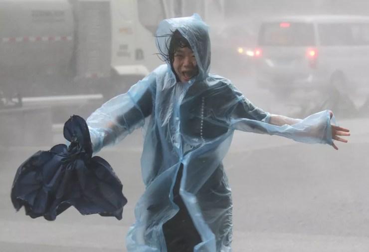Uma mulher corre na tempestade enquanto o tufão Mangkhut se aproxima em Shenzhen, na China — Foto: REUTERS/Jason Lee