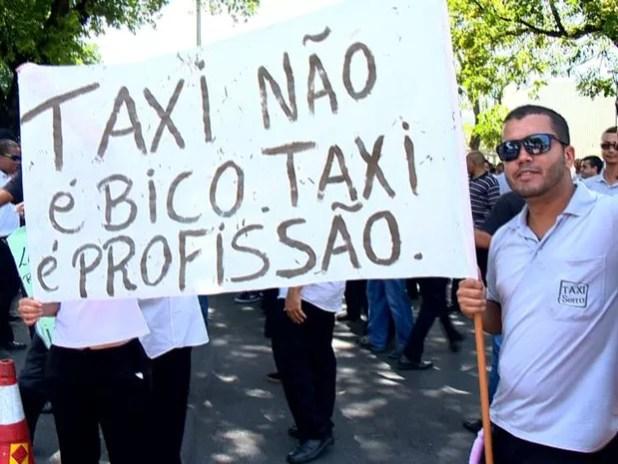 Protesto de taxistas na frente da Prefeitura de Vitória (Foto: Reprodução/ TV Gazeta)