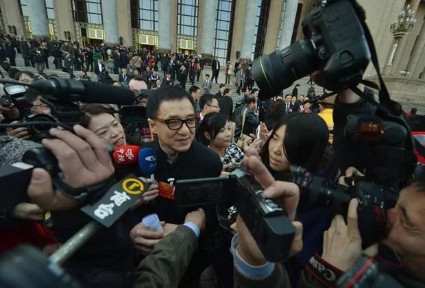 Jornalistas cercam o ator depois da abertura da Conferência (Foto: Mark Ralston/AFP)