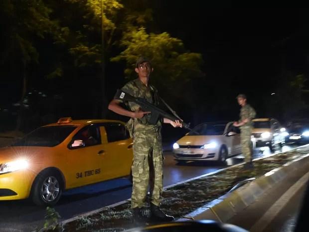 Um agente de segurança turco fica de guarda ao lado de uma rua em Istambul, na Turquia, durante o fechamento da Ponte do Bósforo. O primeiro-ministro da Turquia, Binali Yildirim, afirmou que o país sofreu uma tentativa de golpe militar (Foto: Bülent Kilic/AFP)