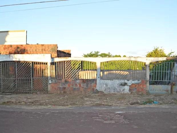Casa de Bau tem uma estrutura não terminada na parte da frente  (Foto: Tácita Muniz/G1)