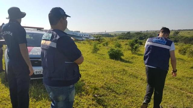 Representantes do Cenipa, da Aeronáutica, avaliam incidente com bimotor em Campinas — Foto: André Natale/EPTV